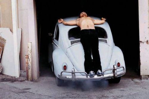 "Chris Burden ""crucificado"" en su Beatle azul."