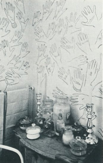 Cecil_Beatons_bath_with_hands_of_guests_signed